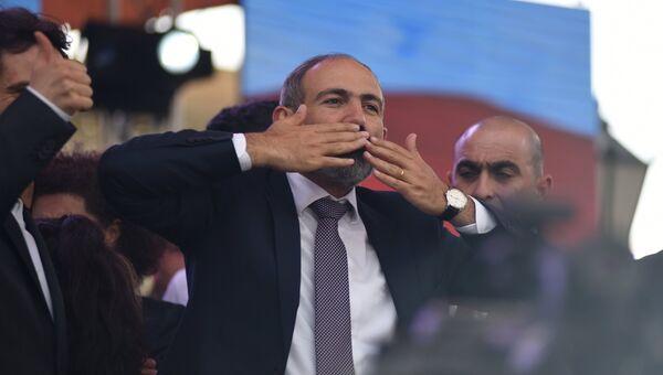 Никол Пашинян выступает перед своими сторонниками после специального заседания парламента Армении, на котором он был избран премьер-министром Армении. 8 мая 2018