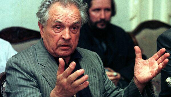 Русский философ Александр Зиновьев на пресс-конференции. Архивное фото