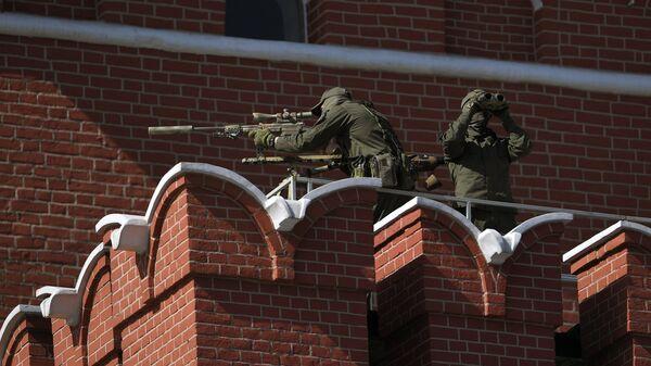Снайперы на стене Московского Кремля перед началом парада Победы. 9 мая 2018