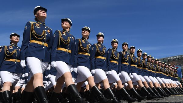 Курсантки Военного университета министерства обороны РФ на параде, посвященном 73-й годовщине Победы в ВОВ