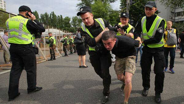 Сотрудники правоохранительных органов арестовывают мужчину во время акции Бессмертный полк в Киеве