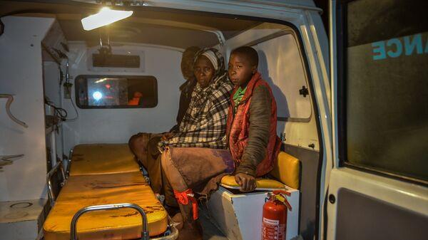 Местные жители в машине скорой помощи после прорыва дамбы на реке Солаи в 40 км от города Накуру в Кении. 10 мая 2018