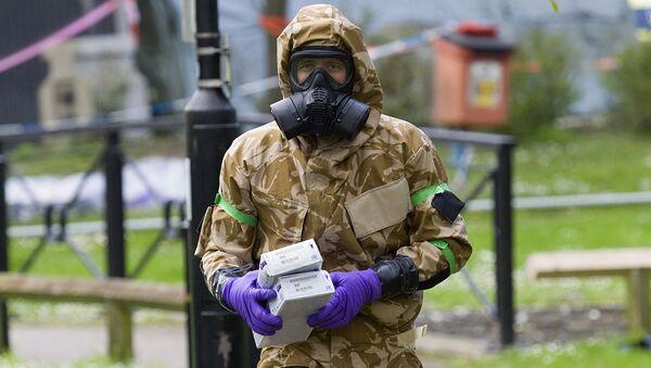 Военный в защитном костюме в Солсбери. Архивное фото