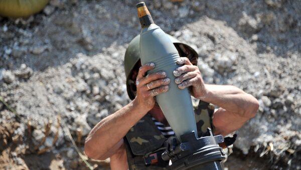 Военнослужащий украинской армии готовится к стрельбе миномета. Архивное фото