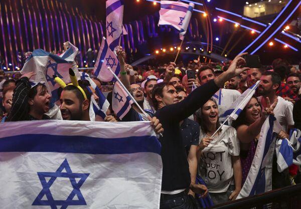 Израильские болельщики празднуют победу Нетты Барзилай в финале конкурса Евровидение. 12 мая 2018