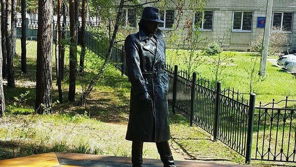 Памятник Глебу Жеглову - герою фильма Место встречи изменить нельзя в Ангарске. 11 мая 2018
