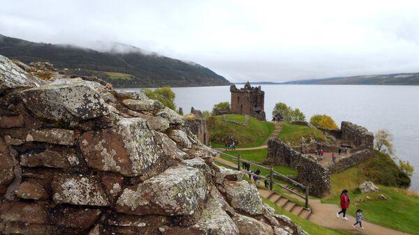 Развалины замка Аркарт на берегу озера Лох-несс в Шотландии