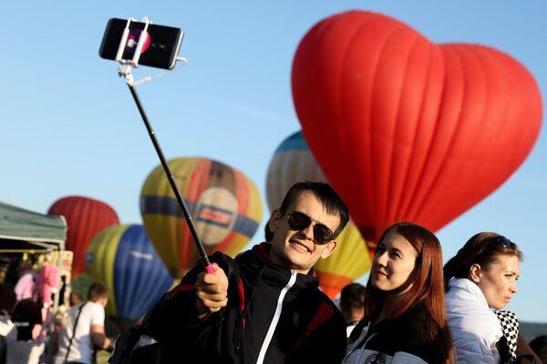 Посетители на фестивале воздухоплавания Абинская Ривьера в Абинском районе Краснодарского края