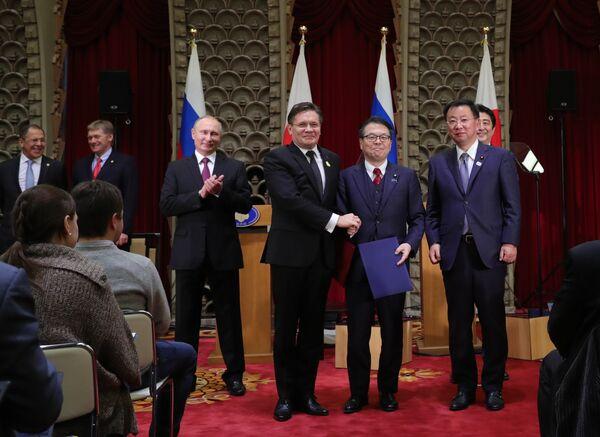 Президент РФ Владимир Путин во время церемонии подписания российско-японских документов по итогам встречи в Токио