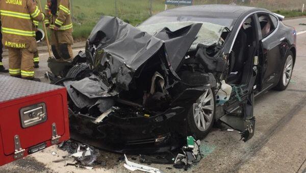 Tesla Model S врезалась в пожарный грузовик в Саут-Джордан, штат Юта, США. 11 мая 2018