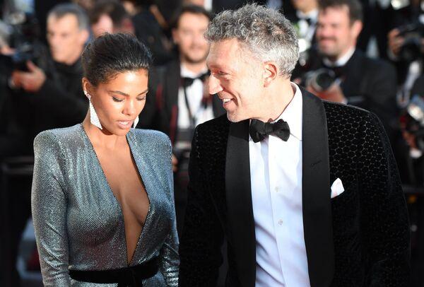 Модель Тина Кунаки и французский актер Венсан Кассель на красной дорожке в рамках 71-го Каннского международного фестиваля