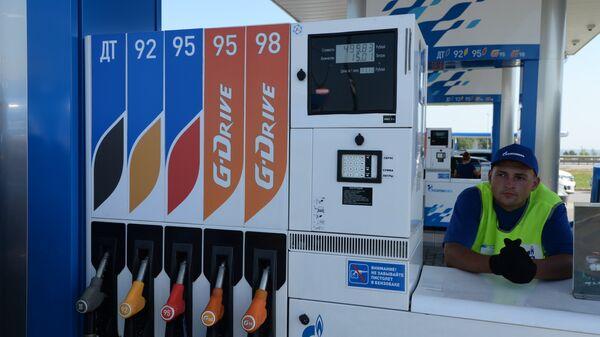 Сотрудник автозаправочной станции (АЗС) компании Газпром нефть