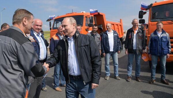 Президент РФ Владимир Путин во время беседы на нулевом километре со строителями Крымского моста. 15 мая 2018