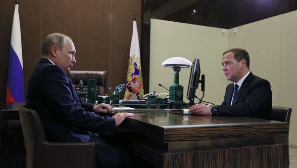 Владимир Путин и Дмитрий Медведев во время встречи в Сочи. 15 мая 2018