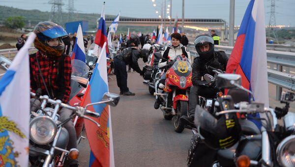 Мотоциклисты перед открытием движения по автодорожной части Крымского моста. 16 мая 2018