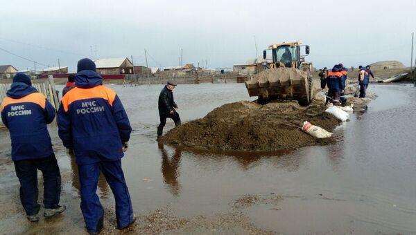 Спасатели МЧС России во время ликвидации последстий разлива рек в Якутии. 16 мая 2018