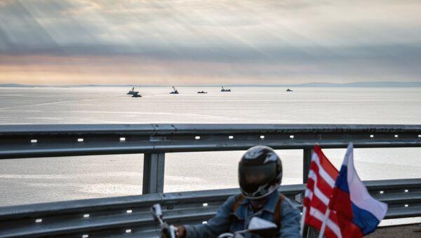 Мотоциклист едет по автодорожной части Крымского моста. 16 мая 2018