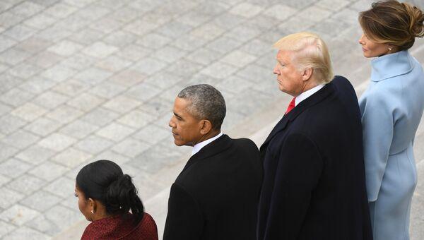 45-й президент США Дональд Трамп и экс-президент страны Барак Обама с супругами стоят на ступенях Капитолия. 20 января 2017 года