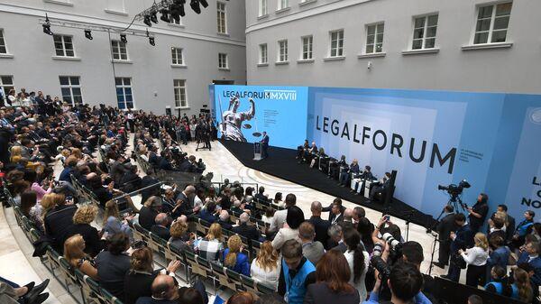 Дмитрий Медведев выступает на пленарном заседании Будущее юридической профессии VIII Петербургского международного юридического форума. 16 мая 2018