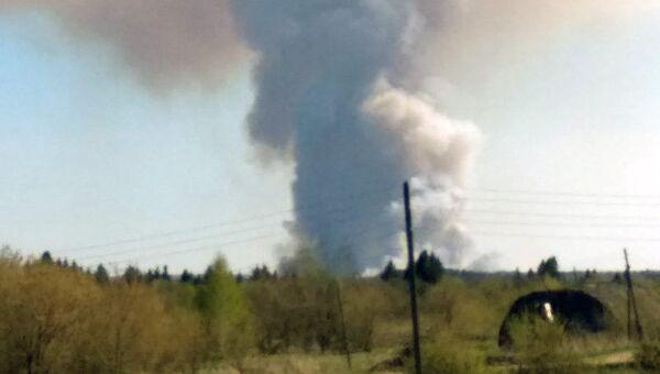 Дым, возникший в результате детонации снарядов на территории бывшего военного арсенала близ удмуртского Пугачево