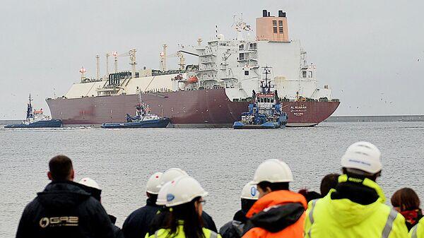 Танкер со сжиженным газом в порту Польши