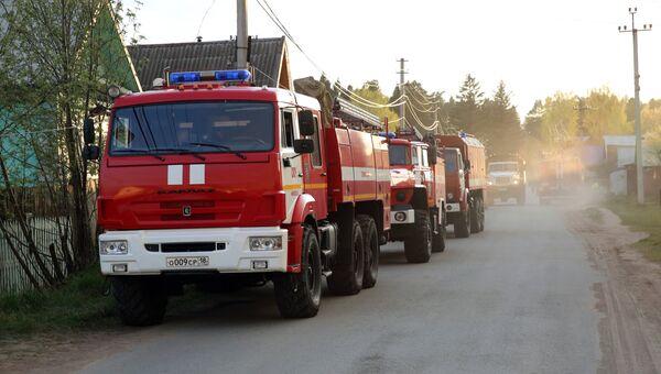 Пожарные автомашины рядом с территорией бывшего военного арсенала в поселке Пугачево в Удмуртии, где произошел пожар. 16 мая 2018