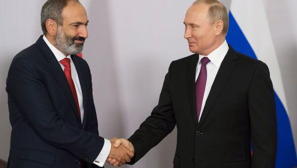 Президент РФ Владимир Путин и премьер-министр Армении Никол Пашинян (справа) во время встречи. Архивное фото