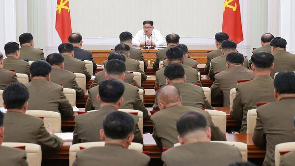 Лидер КНДР Ким Чен Ын на заседании Центральной военной комиссии. 18 мая 2018