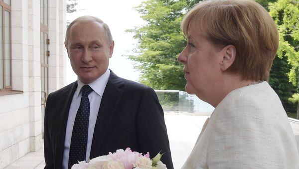 Президент РФ Владимир Путин и федеральный канцлер ФРГ Ангела Меркель во время встречи в Сочи. 18 мая 2018
