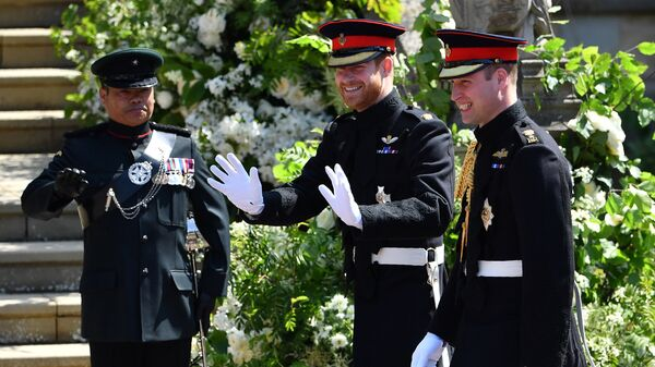 Британский принц Гарри и его брат принц Уильям у церкови Святого Георгия в Виндзоре, Англия. 19 мая 2018