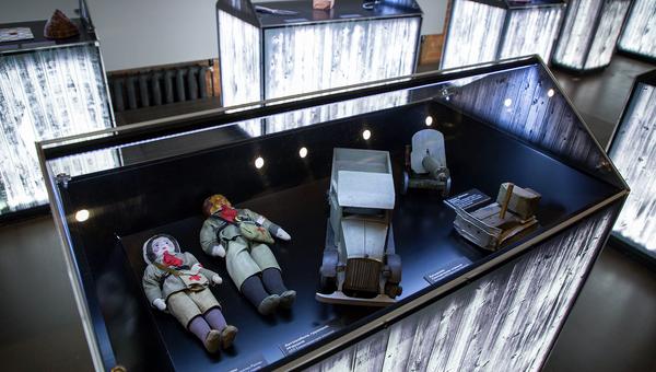 В экспозиции представлены самодельные предметы быта, детские игрушки, записки заключенных на тканях и выдержки из официальных документов