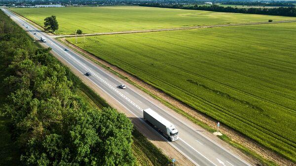 Автомобильное движение по трассе Краснодар - Керчь, ведущей к Крымскому мосту