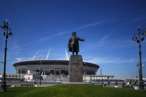 Стадион Санкт-Петербург,  где пройдут матчи чемпионата мира по футболу 2018. На первом плане - памятник Сергею Кирову