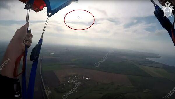 Стоп-кадр видео падения парашютистов в Татарстане