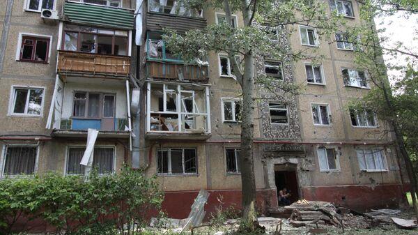 Жилой дом, пострадавший в результате обстрела, в поселке Горловка Донецкой области.
