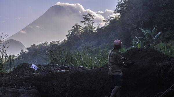 Гора-вулкан Мерапи извергает пепел в городе Джокьякарта, Индонезия. 22 мая 2018