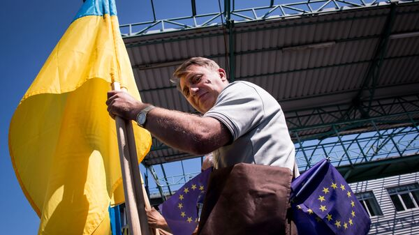 Мужчина с флагами Украины и Евросоюза на границе Словакии и Украины в районе КПП Ужгород-Вишне-Немецкое
