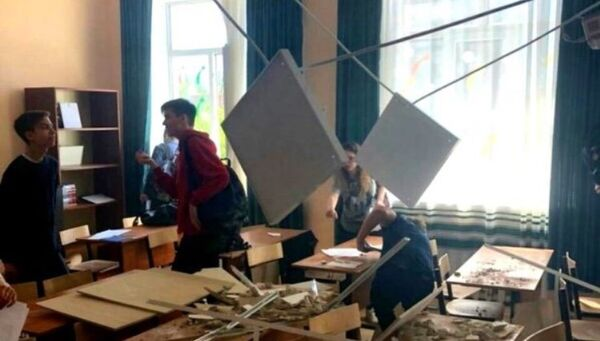 В средней школе № 2 города Ступино во время урока на учащихся 11 класса обвалилась штукатурка и фрагменты подвесного потолка. 23 мая 2018