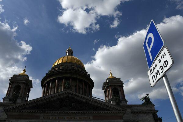 Знак парковки для автомобилей участников Петербургского международного экономического форума