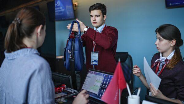 Волонтеры на стойке регистрации на Петербургском международном экономическом форуме 2018 в Санкт-Петербурге