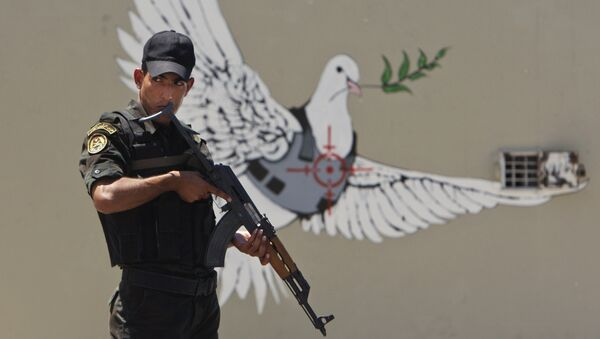 Граффити британского художника Бэнкси на стене в городе Вифлееме на Западном берегу реки Иордан