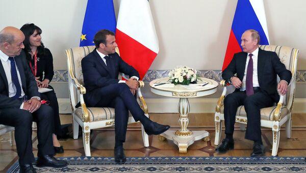 Президент РФ Владимир Путин и президент Франции Эмманюэль Макрон во время встречи в Константиновском дворце в Стрельне. 24 мая 2018