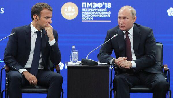 Президент РФ Владимир Путин и президент Франции Эммануэль Макрон на Петербургском международном экономическом форуме. 25 мая 2018