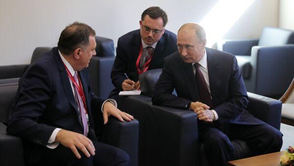 Президент РФ Владимир Путин и президент республики Сербской Боснии и Герцеговины Милорад Додик во время встречи на полях Петербургского международного экономического форума. 25 мая 2018