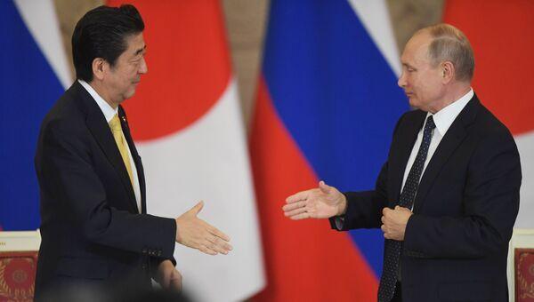 Президент РФ Владимир Путин и премьер-министр Японии Синдзо Абэ на пресс-конференции по результатам российско-японских переговоров. 26 мая 2018