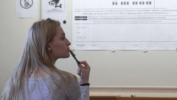 Ученица, сдающая ЕГЭ, перед началом экзамена. Архивное фото