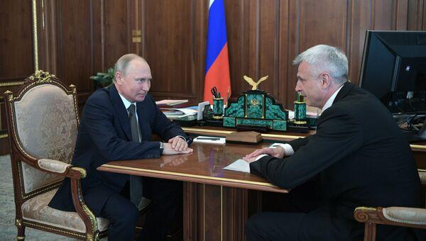 Владимир Путин во время встречи с бывшим главой города Нижний Тагил Сергеем Носовым. 28 мая 2018