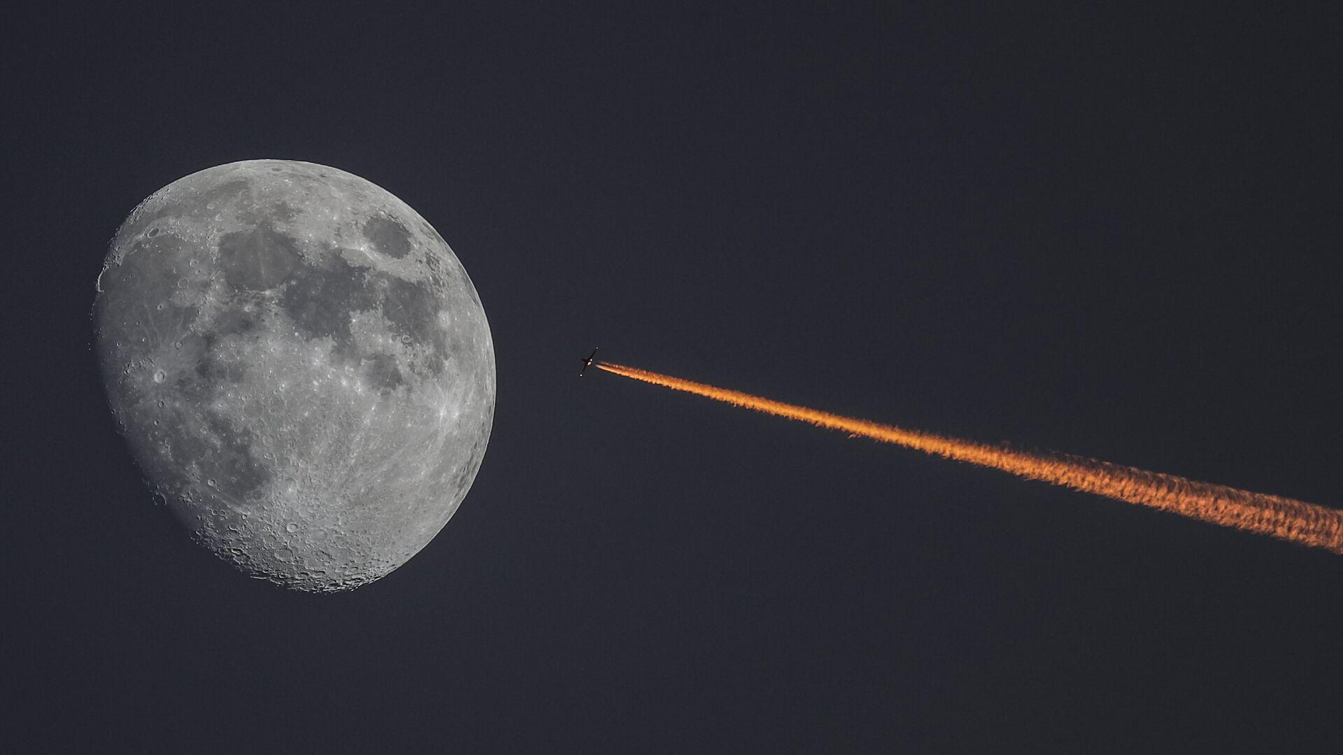 Луна и самолет на закате - РИА Новости, 1920, 25.11.2020