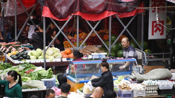 Продуктовые ряды на рынке в городе Хайлар