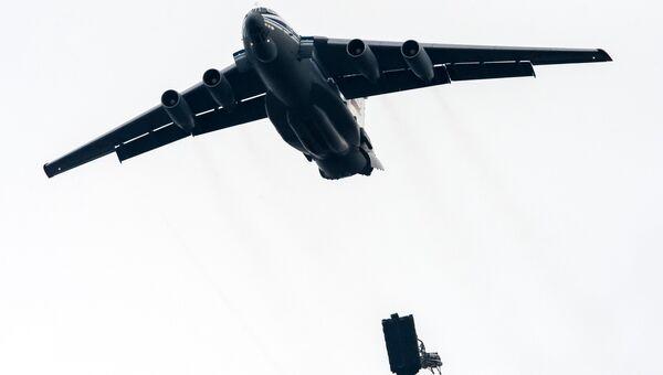 Десантирование парашютным способом боевой техники. Архивное фото